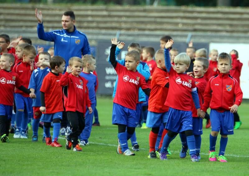 Znani piłkarze zawsze pozdrawiają kibiców…